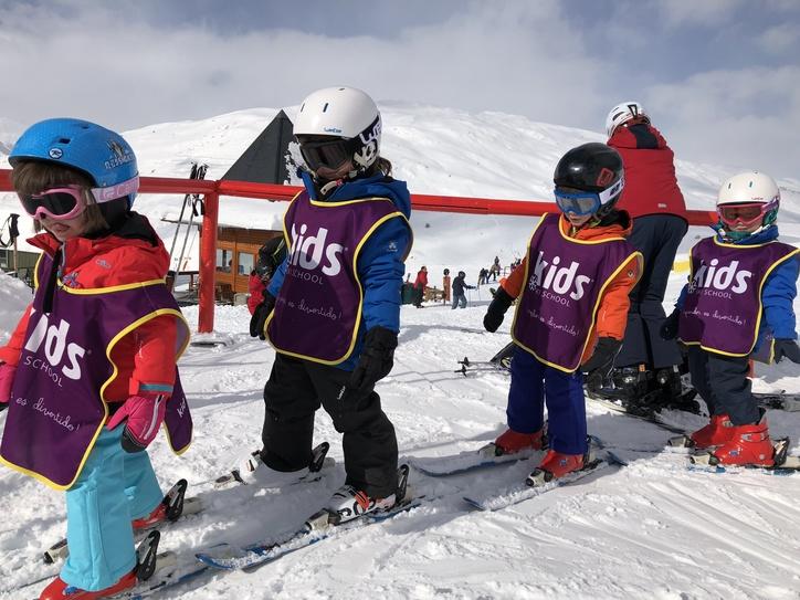 En una clase de esquí al lado de la guardería de Baqueira 1800